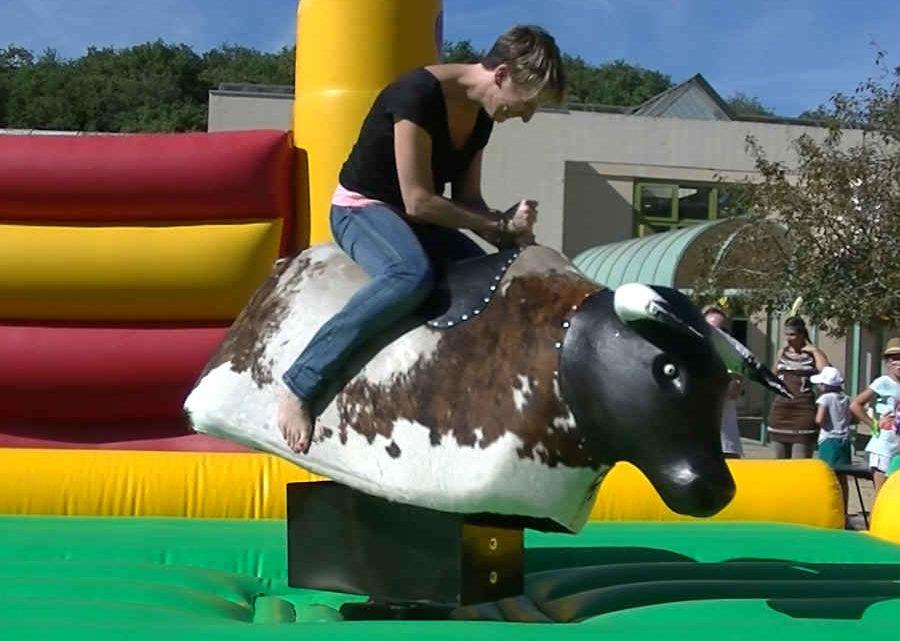 Le taureau mécanique est une animation également pour les femmes