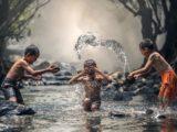 enfants jouant dans la rivières loisirs week-end