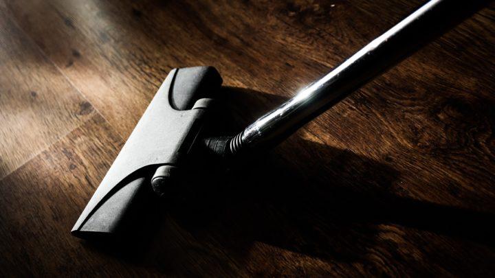 Astuce propreté : les aspirateurs balais arrivent chez vous